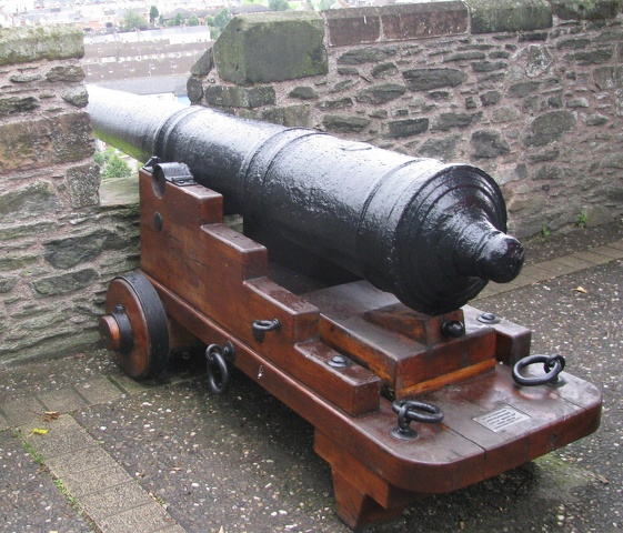 Derry - City Walls - Cannon2.jpg